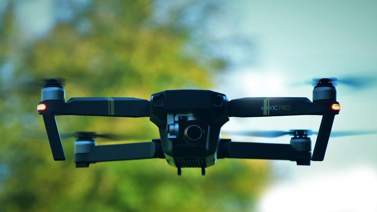 Nowoczesne drony - lot drona na dużej wysokości