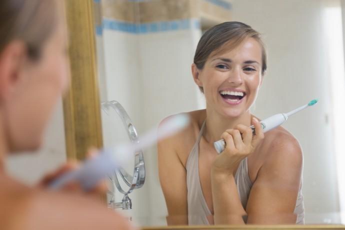Skończ z nudą w łazience. nowoczesna kobieta powinna mieć elektroniczną szczoteczkę do zębów