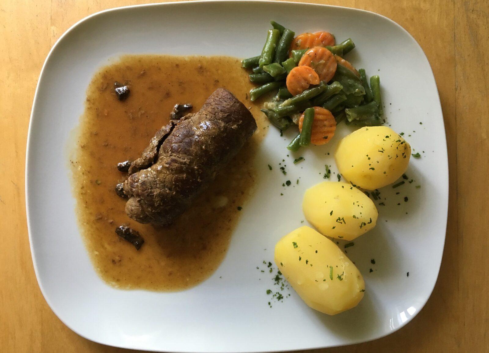 Przepis na śląski obiad – rolada z kluskami